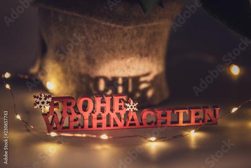 Schriftzug Frohe Weihnachten Beleuchtet.Weihnachtsmotiv Schriftzug Frohe Weihnachten Beleuchtet
