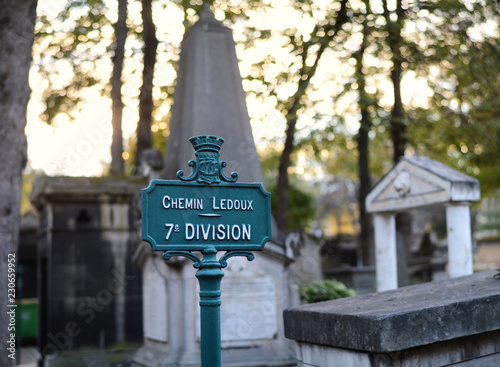 Poster Begraafplaats A sign in a Parisian cemetery with graves