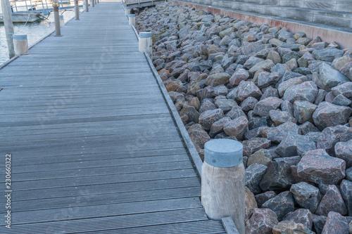 Tuinposter Poort Moderner Steg in einem Yachthafen