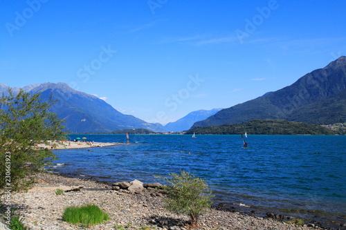 Photo Stands Salmon Ufer und Strand vonDongo, Ortsteil von Gravedona, mit Blick über den See, in Richtung Colico