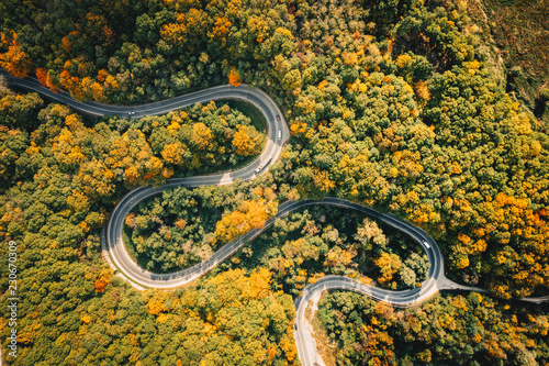 Keuken foto achterwand Honing Road seen from above. Aerial view of an extreme winding curved road in the middle of the forest