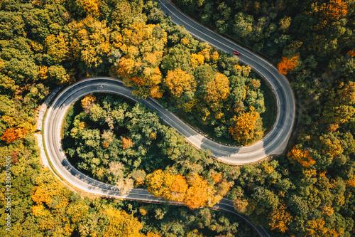 ekstremalna-zakrzywiona-kreta-droga-w-fotografii-lotniczej-lasu
