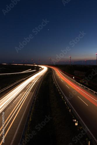 carretera por la noche con coches