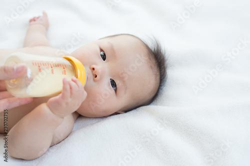 Valokuva  ミルクを飲む赤ちゃん
