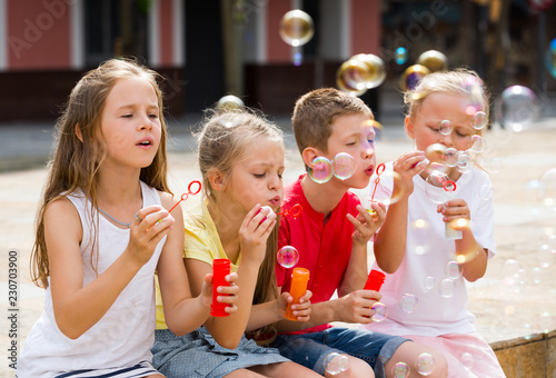 Fotografía  Children blowing soap bubbles
