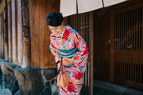 Valokuva Japanese lady bowing with beautiful kimono