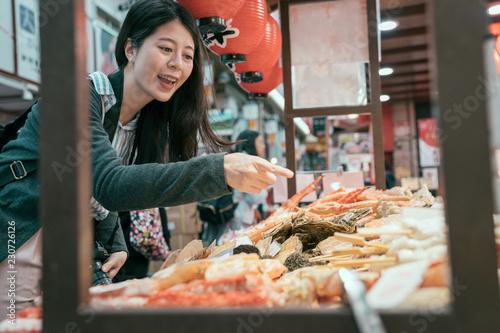 Poster Lieu connus d Asie young traveler hungrily buying street food.