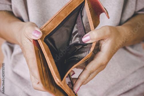 Fotografía  poor woman hand open empty wallet looking for money ,broke ,bankrupt concept