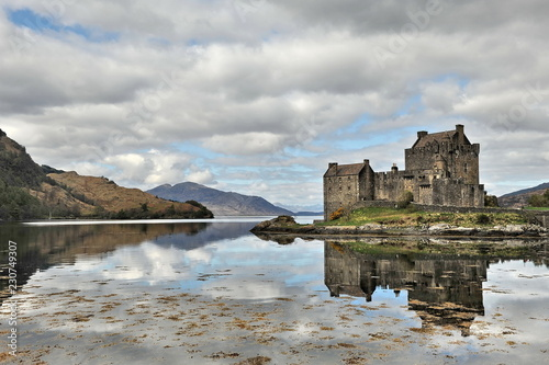Fotobehang Kasteel Scottish castle on a high rocky shore.