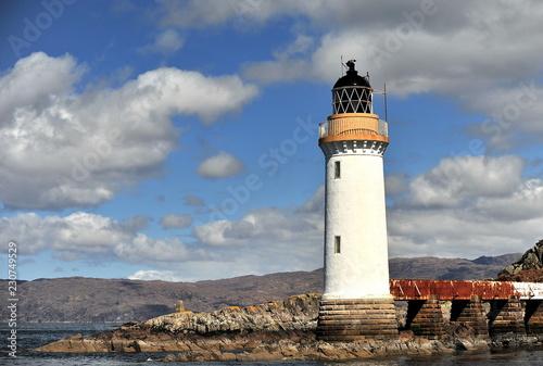 Foto op Aluminium Vuurtoren Lighthouse on the coast of ocean.