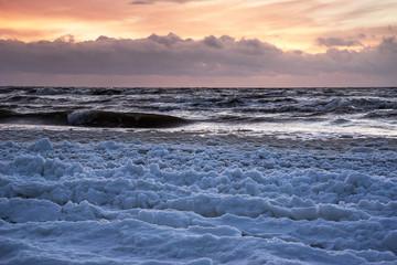 Fototapeta Inspiracje na zimę Icy Baltic sea coast in winter time.