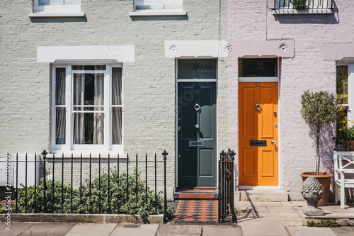 Photo Traditional colourful bright doors on houses in Barnes, London, UK