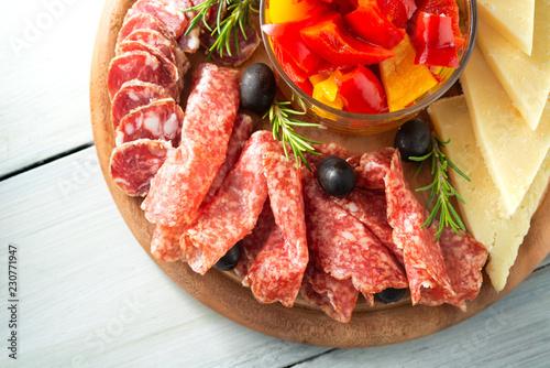 Tagliere di salumi, formaggi e peperoni