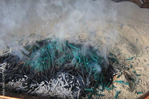 Poster Donkergrijs 線香が白煙を漂わせる風景