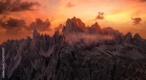 Foto  Dramatische Sonnenuntergang über der Cadini Gruppe in der Dolomiten