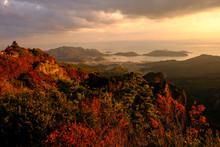 紅葉した夕方の山の風...