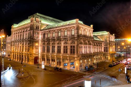 Poster Theater Die Wiener Staatsoper bei Nacht und künstlicher Beleuchtung