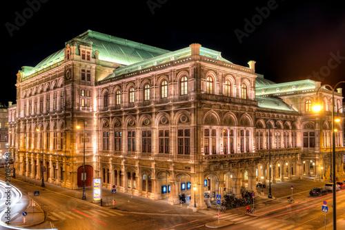 Deurstickers Theater Die Wiener Staatsoper bei Nacht und künstlicher Beleuchtung