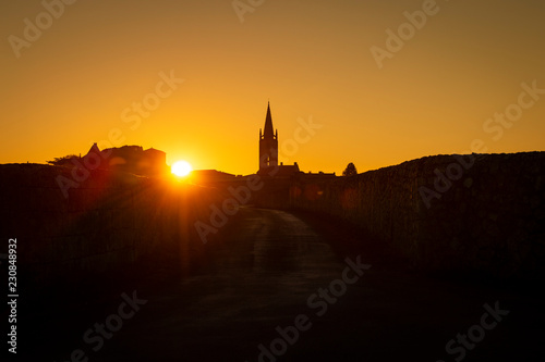 Fotomural Beautiful sunrise on the steeple of the church and village of Saint Emilion, Rel