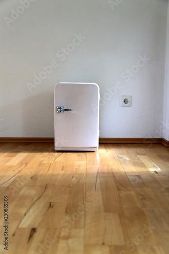 Kleiner Kühlschrank im Wohnzimmer – kaufen Sie dieses Foto und ...