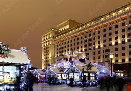 Fotografía  Christmas and New Year holidays illumination and old Hotel Moskva  at night