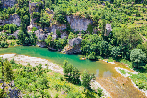 Foto Castelbouc village in the valley of the Tarn river, french canyon
