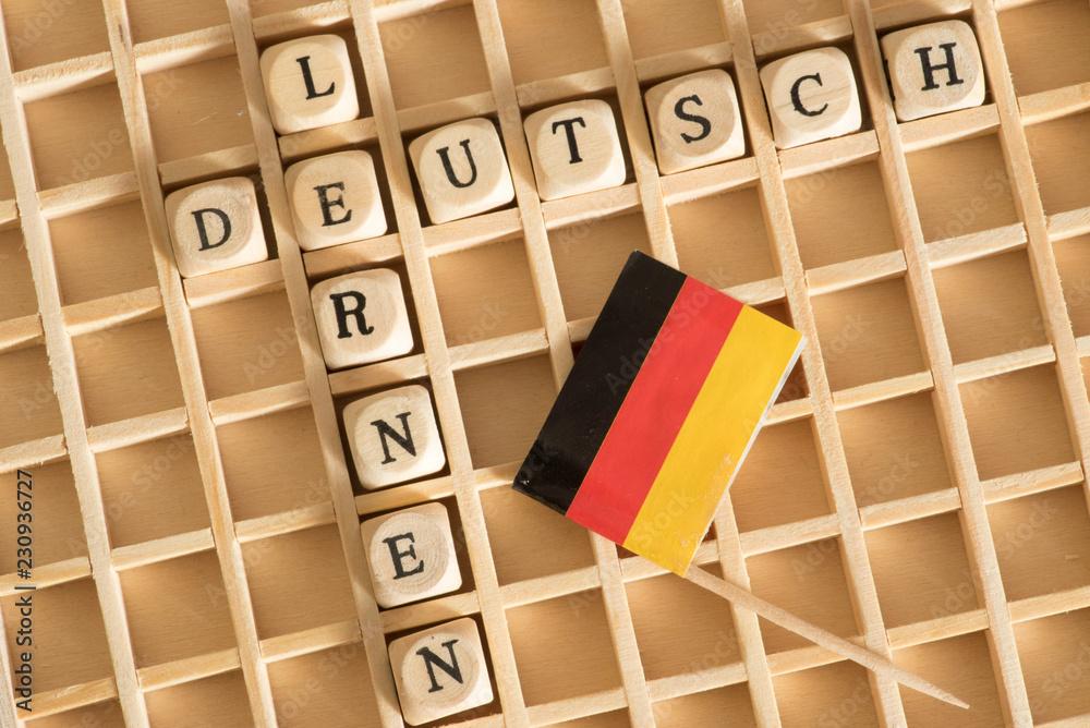 Fototapeta Flagge von Deutschland, Holzbuchstaben und Worte Deutsch Lernen