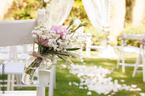 floral decoration at a wedding ceremony outdoors Fototapete