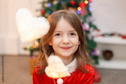 Fotografía  smiling little girl with emotion for christmas