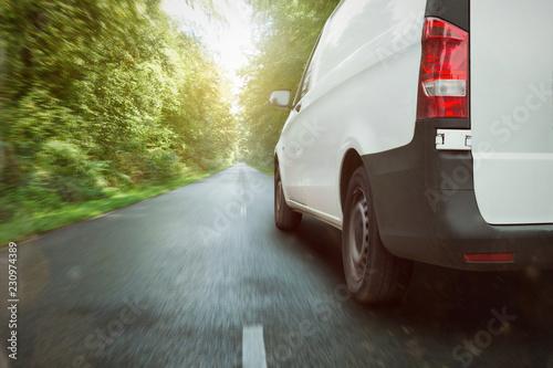 Kleintransporter fährt durch den Wald