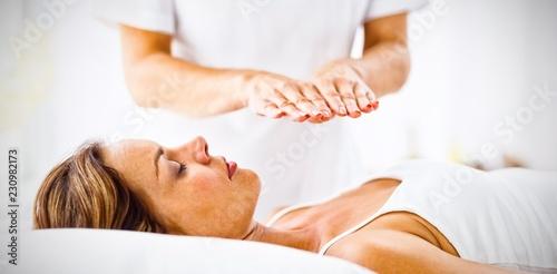 Photo  Young woman receiving reiki treatment