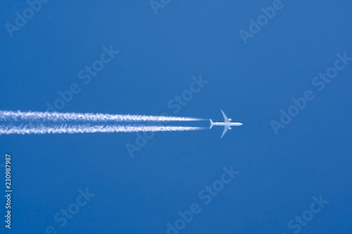 Poster Avion à Moteur Airplane big two engines aviation airport contrail clouds. Travel trip concept.