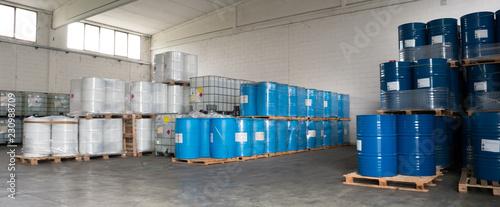 Valokuva  stoccaggio di prodotti chimici in magazzino