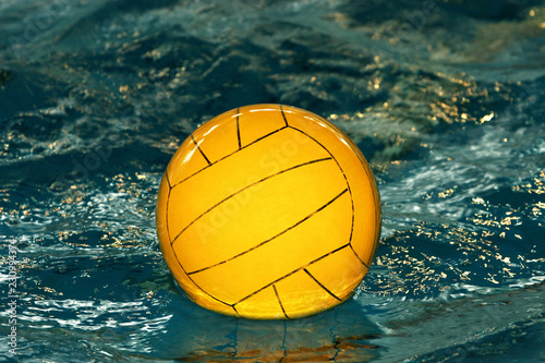 Spoed Foto op Canvas Water Motor sporten Yellow water-polo ball