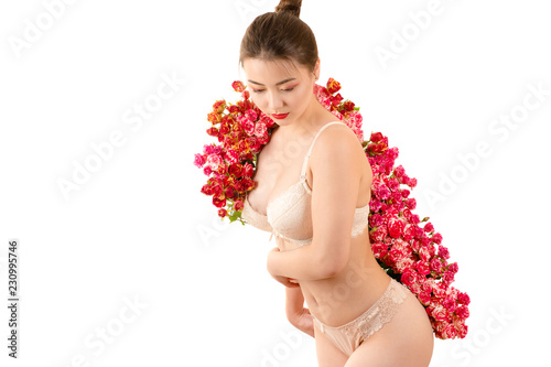 Fotografía  sexy asian brunette woman in lingerie with roses