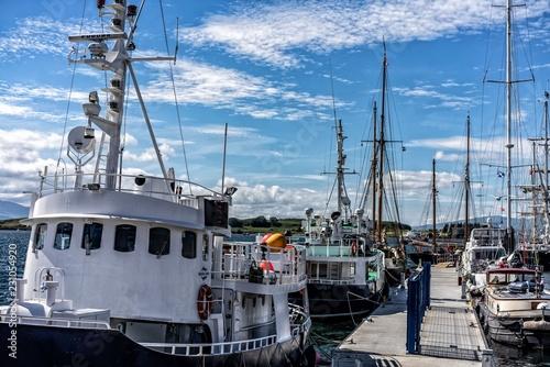 Wallpaper Mural Hafen mit Schiffen bei Oban Schottland bei blaue Himmel