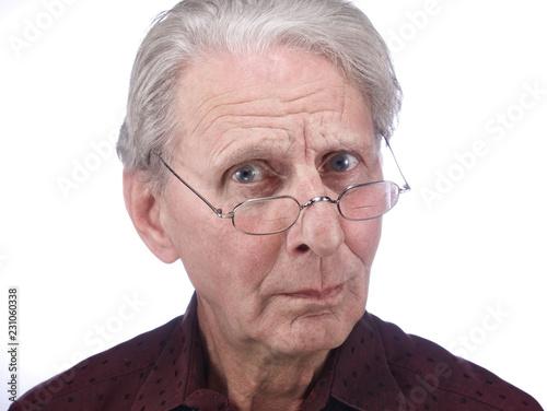 Fotografering  Alter Mann (79 J.) schaut skeptisch über den Brillenrand