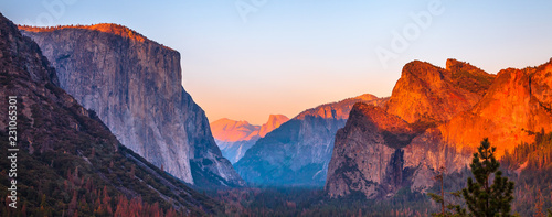 Foto auf AluDibond Lateinamerikanisches Land Yosemite National Park Tunnel View overlook at sunset. Front view panorama of popular El Capitan and Half Dome at deep red sunset. Summer american holidays. California, United States.