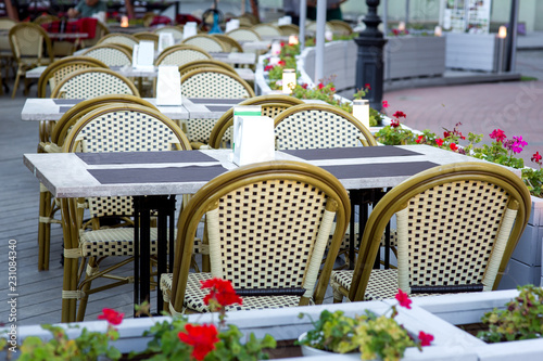 Fotografía  terrace summer cafe with tables and chairs for people, an empty institution for recreation, nobody
