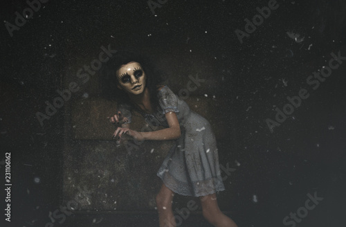 Fotomural ghost woman in creepy mask as she have to hiding her face,3d illustration