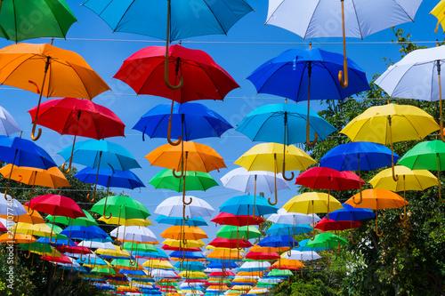 Fotografie, Obraz  Hay muchas sombrillas de colores en la calle.