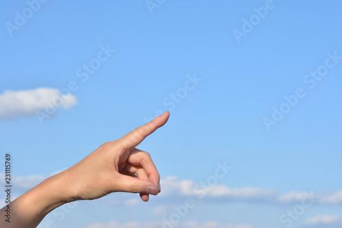 Valokuva  指を差す 青空