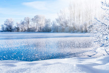 Zugefrorener See An Einem Klaren Wintertag