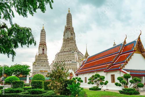 Foto  Wat Arun Ratchawararam with beautiful blue sky and white clouds