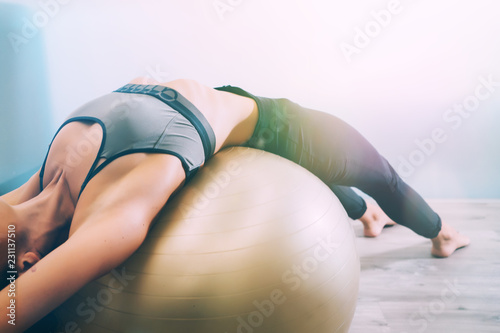 Photo  Woman working out with exercise ball in gym