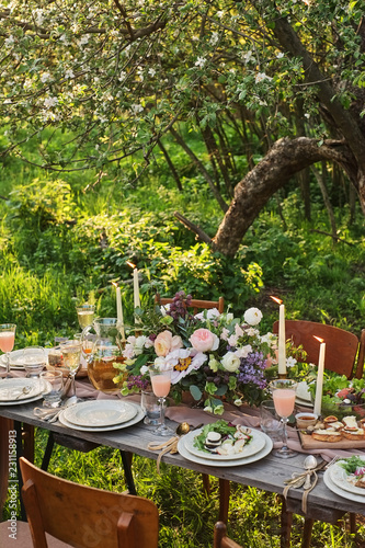 Fotografía wedding decorated table, decor wedding dinner in nature in the garden