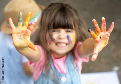 Fotografía  Child showing painted hands