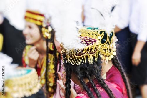 Fototapety Muzyka folk-dancers-performs-traditional-dance-at-local-festivals-in-khiva-uzbeksitan