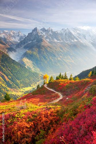 Czerwona jesień Chamonix w Alpach