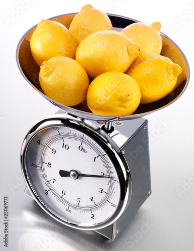 Fotografía  KITCHEN SCALES FILLED WITH LEMONS